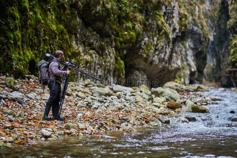 专业自然摄影师在峡谷 库存图片