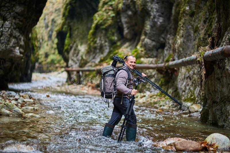 专业自然摄影师在峡谷 免版税库存照片