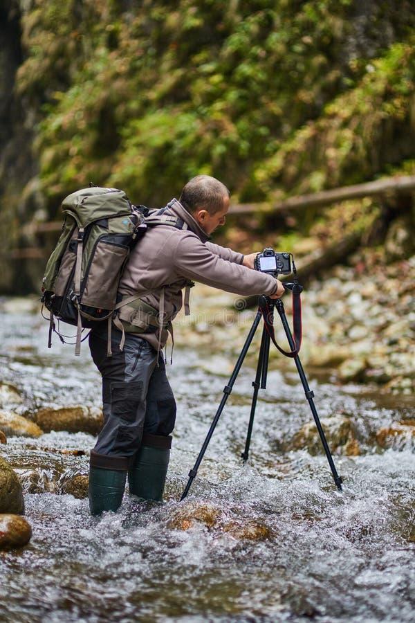 专业自然摄影师在峡谷 库存照片
