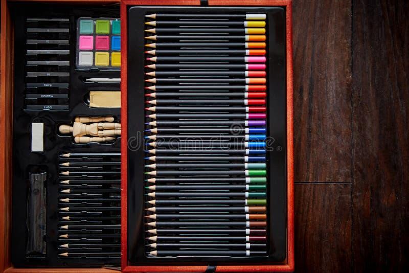 专业艺术家在木案件的抽屉或画家集合 免版税库存图片