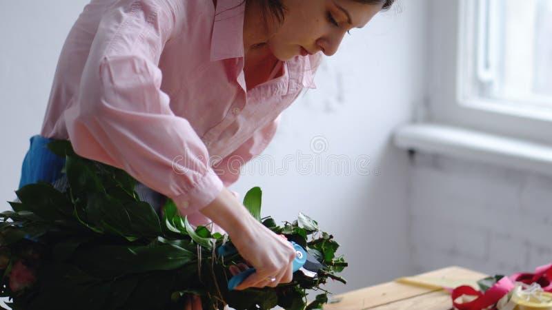 专业花卉艺术家,卖花人刻花抽去在花店 Floristry,手工制造和小企业概念 免版税库存图片
