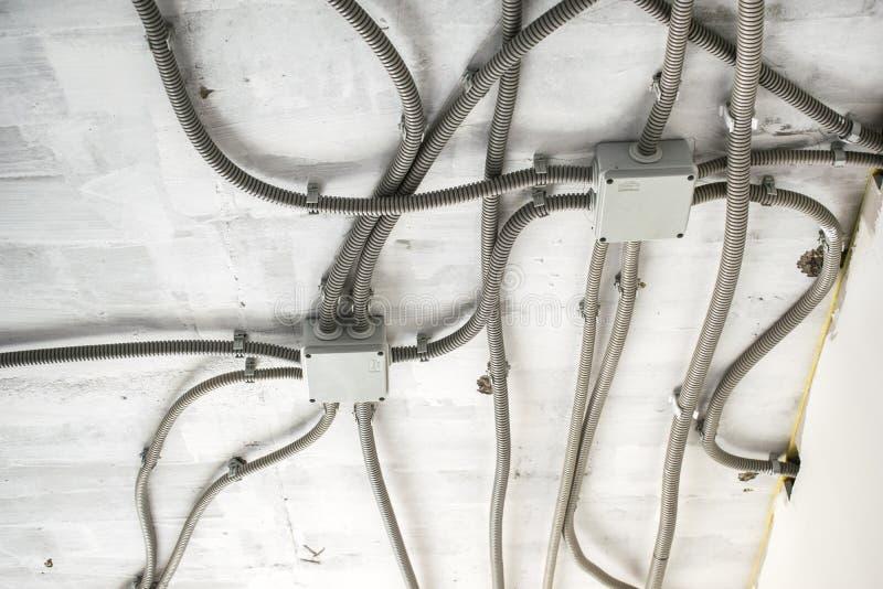 专业草稿电子在修理,接线盒的设施,高压期间的接线在房子里或公寓 概念  免版税库存图片