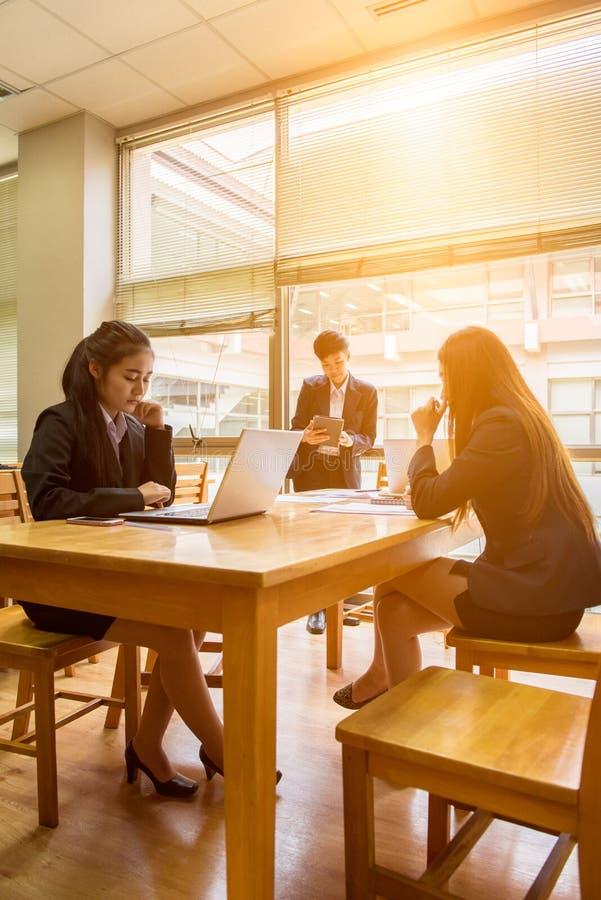 专业行政短的黑发亚洲企业woma 免版税库存照片
