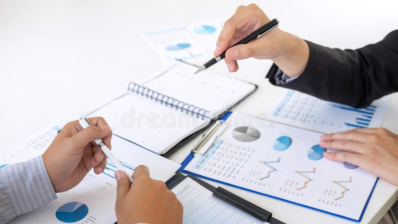 专业行政经理,商务伙伴谈论想法销售计划和投资介绍项目在会议上 免版税库存照片