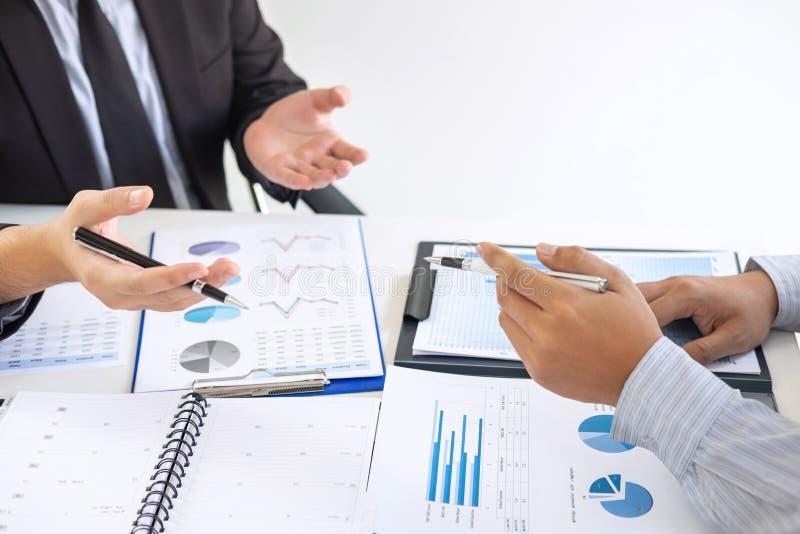 专业行政经理,商务伙伴谈论想法销售计划和投资介绍项目在会议上 库存图片