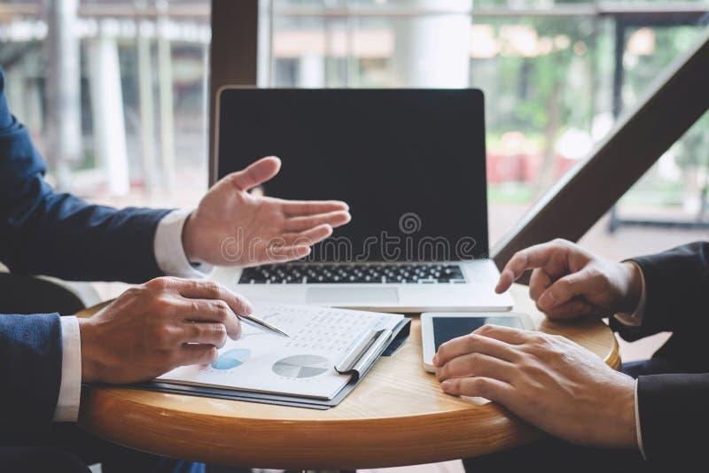 专业行政经理,商务伙伴谈论想法销售计划和投资介绍项目在会议上 图库摄影