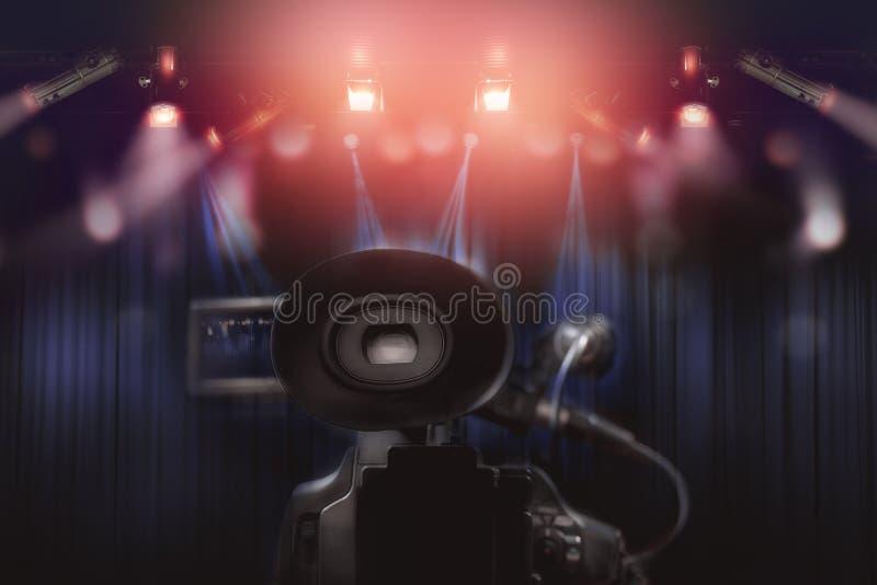 专业视频手提摄象机后方有套的光 图库摄影