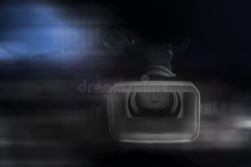 专业视频手提摄象机在演播室 免版税库存图片