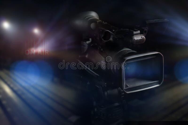 专业视频手提摄象机在演播室 免版税图库摄影