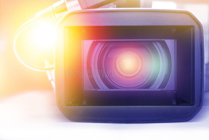 专业视频手提摄象机在演播室 图库摄影