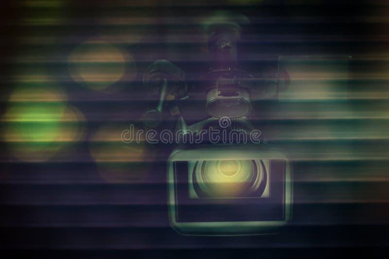 专业视频手提摄象机有被弄脏的黑暗的背景 库存图片