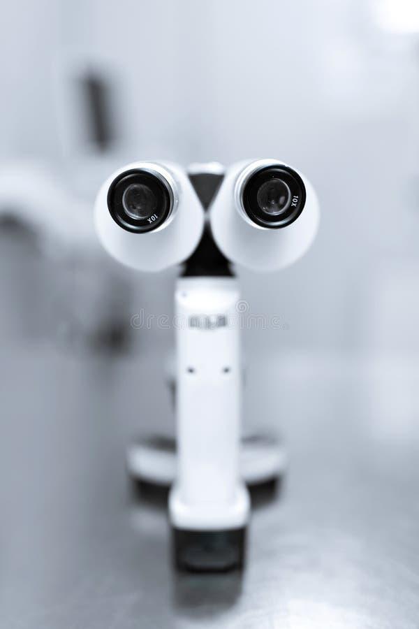 专业设备眼科医生手工被切开的灯 使用一盏被切开的灯的Biomicroscopy r 图库摄影