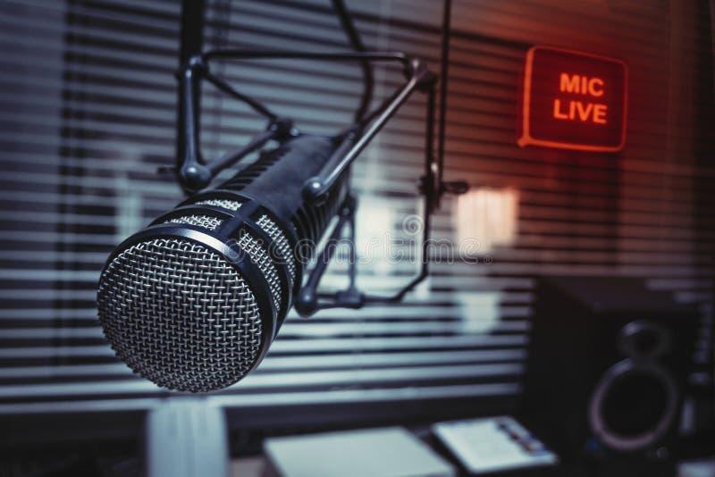 专业话筒在演播室 免版税库存图片