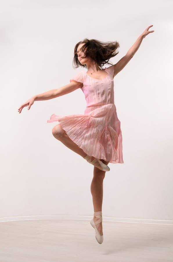 专业跳跃的芭蕾舞女演员 库存图片