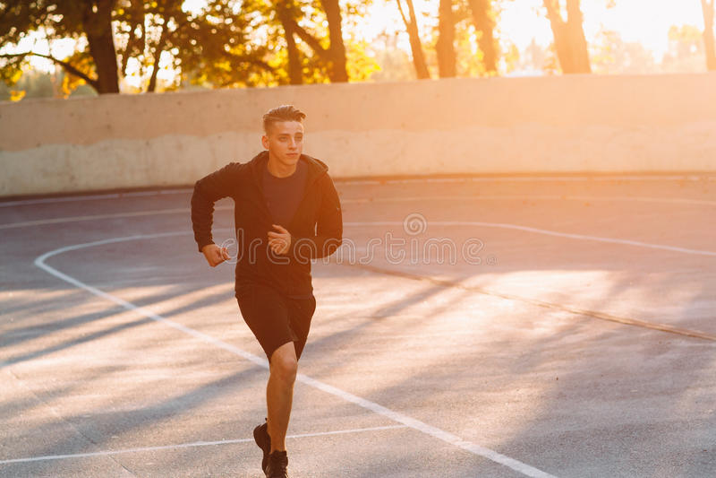 专业运动员,日落光晚上凹凸部  免版税库存图片