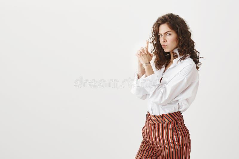 专业间谍代理准备好下个使命 时髦和可爱的欧洲妇女画象有卷发的 免版税图库摄影