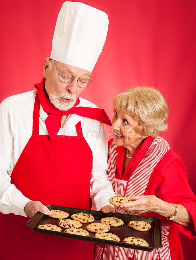 贝克与主妇分享曲奇饼 免版税图库摄影