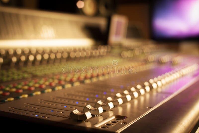 专业音频设备在工作室 库存图片