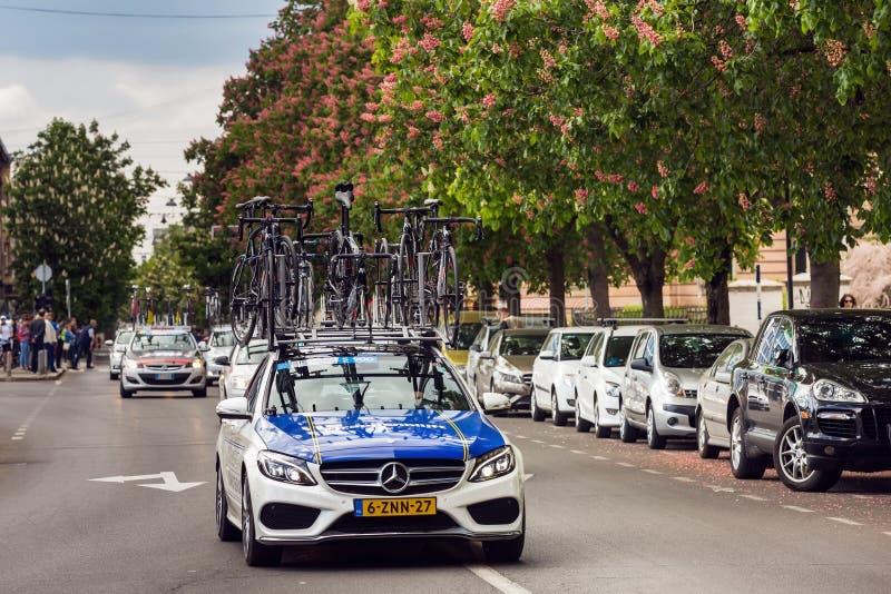 专业骑自行车的队的汽车运载的自行车 免版税库存图片