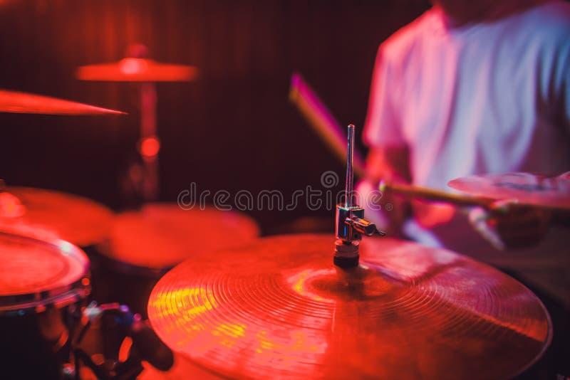 专业鼓集合特写镜头 有鼓的鼓手,实况音乐音乐会 库存照片
