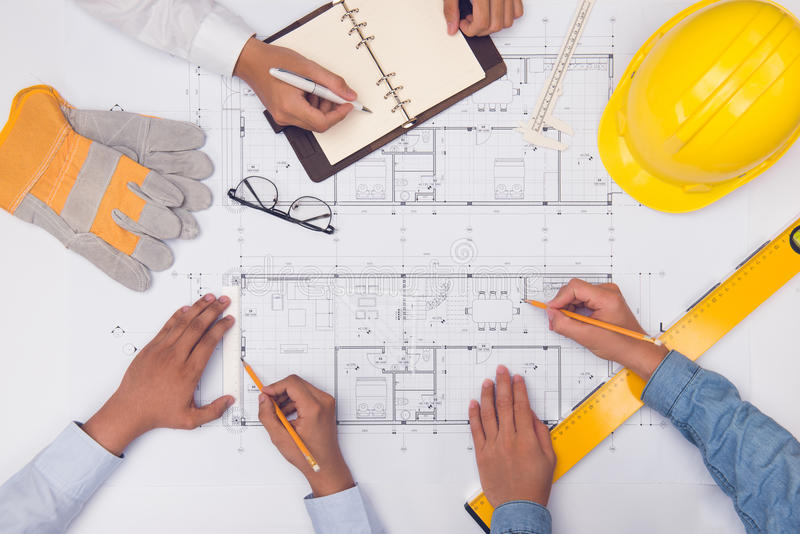 专业建筑师的手谈论和与蓝色一起使用 库存图片