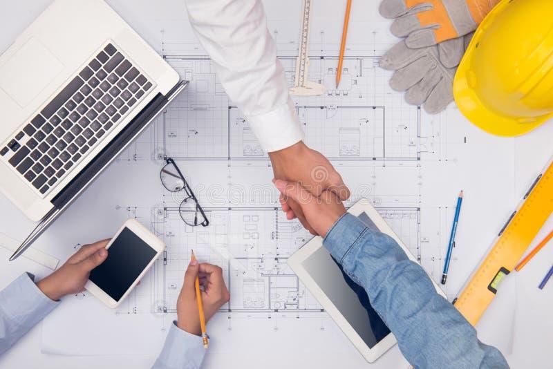 专业建筑师的手谈论和与蓝色一起使用 免版税图库摄影
