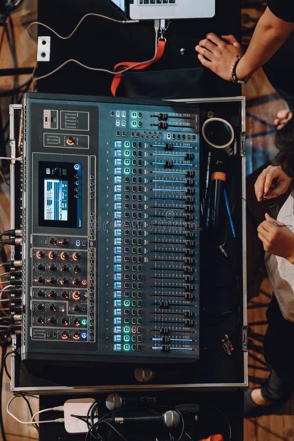 专业soundboard顶视图包括与按钮的音频搅拌器控制板和滑子、绳子和话筒 免版税库存照片