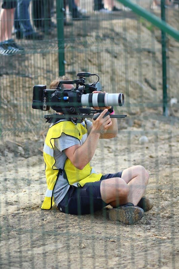 专业videographer /video操作员在工作 免版税库存照片