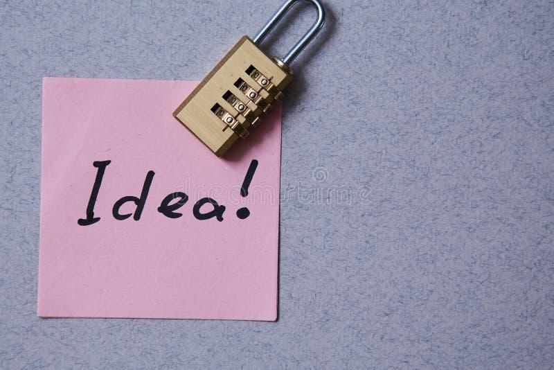 专利、版权或者智力保护概念:贴纸有题字想法和锁 库存图片