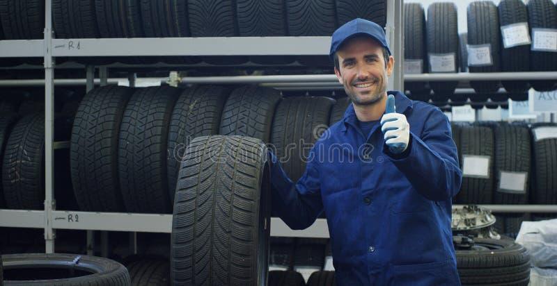 专家在汽车服务的轮胎配件,检查轮胎和橡胶为安全践踏 概念:机器修理, 免版税库存照片