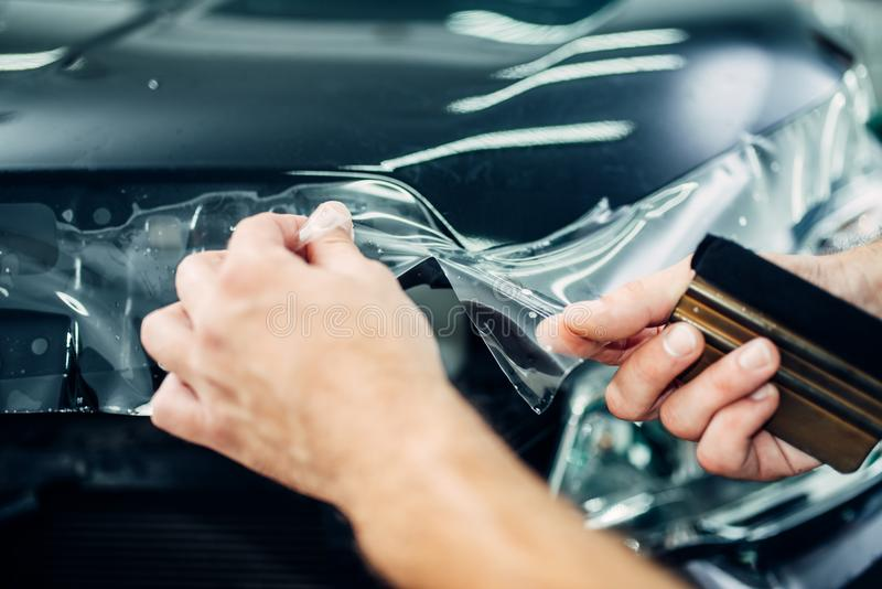 专家安装汽车油漆保护影片 库存图片