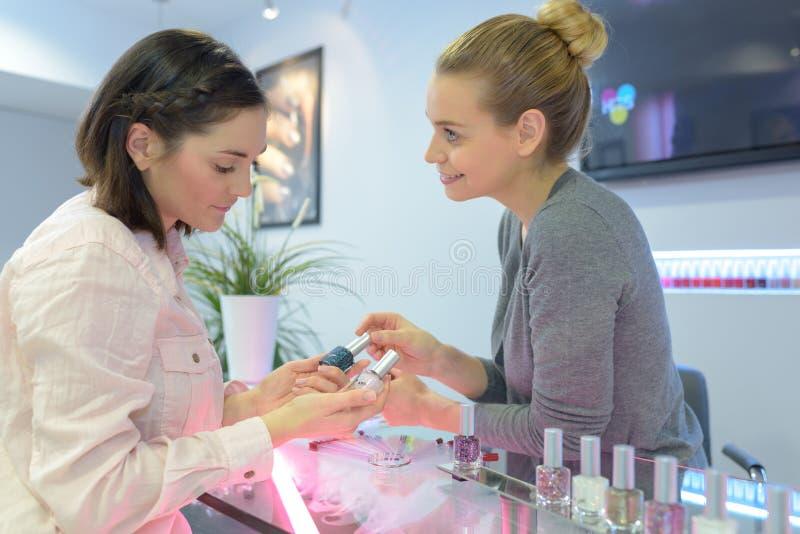 专家应用波兰钉子的美容院于妇女钉子 库存照片