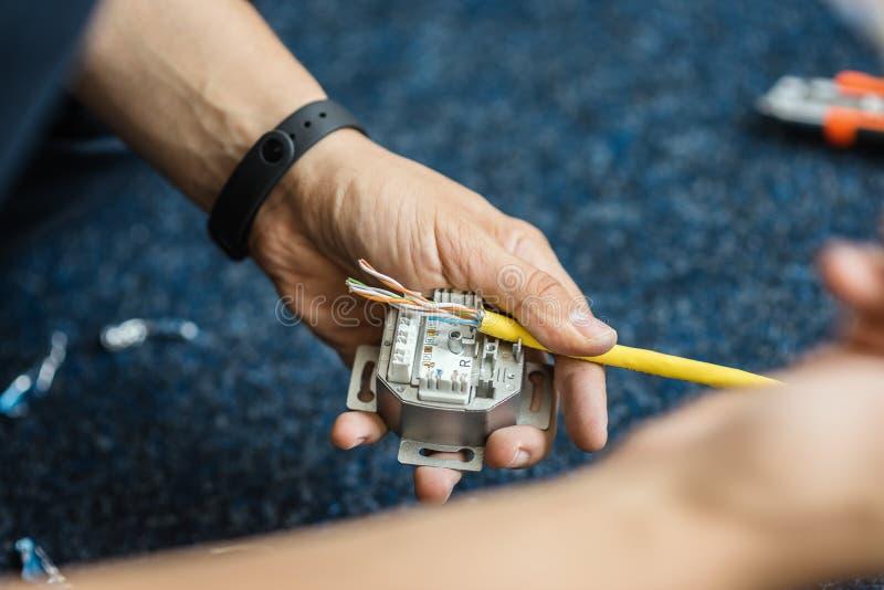 专家用RJ45插口连接一网络缆绳,放置局部网络的过程 集合 图库摄影