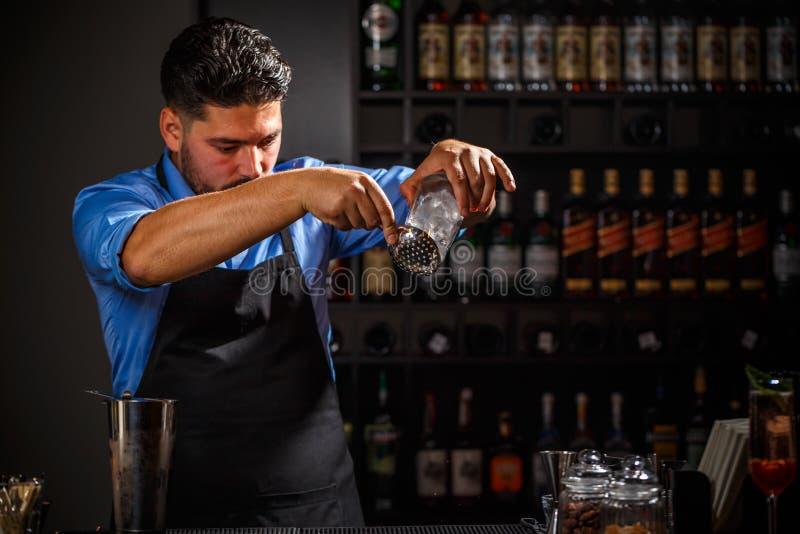 专家的男服务员做鸡尾酒 免版税图库摄影