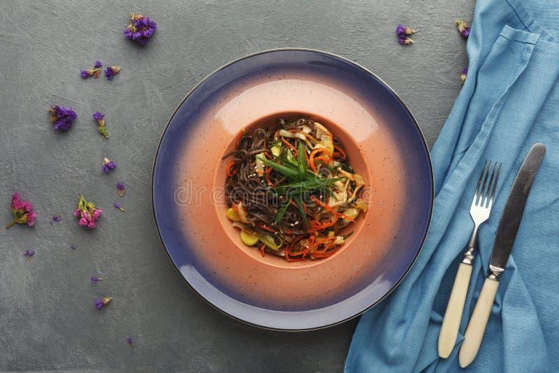 专属餐馆饭食 与鸡内圆角的荞麦面条 库存照片