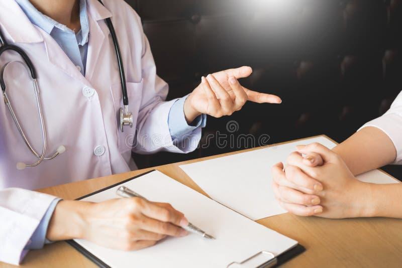专心地听一名男性医生解释的患者s的患者 图库摄影