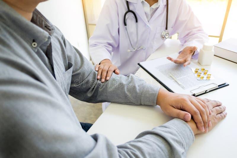 专心地听一名男性医生解释的患者s的患者 库存照片