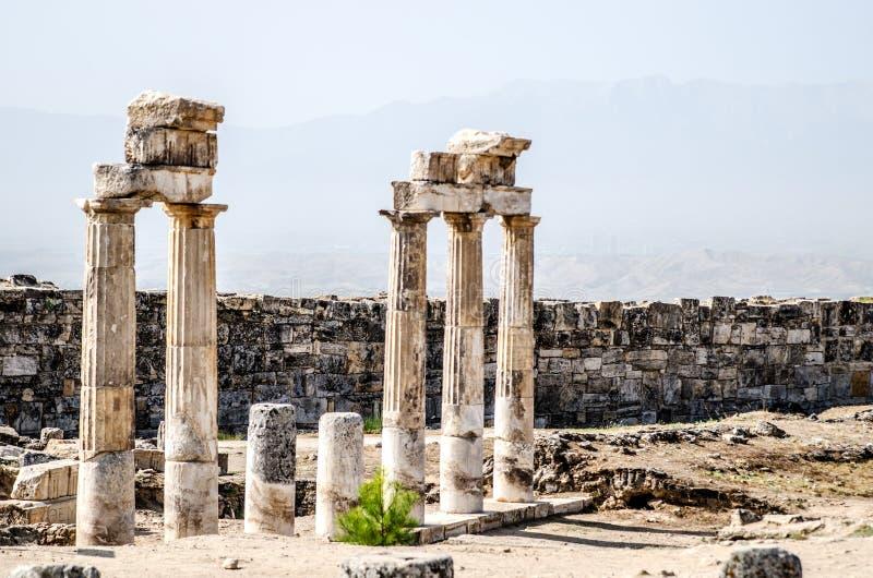 专栏古老废墟在古城希拉波利斯在棉花堡,土耳其 库存图片
