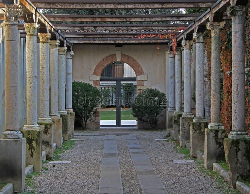 专栏行在入口的对博物馆在维罗纳 免版税图库摄影