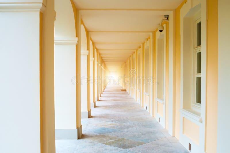 Download 专栏画廊 库存照片. 图片 包括有 段落, 石头, 楼层, 黄色, 柱廊, 形成弧光的, 历史, 橙色, 墙壁 - 62539544