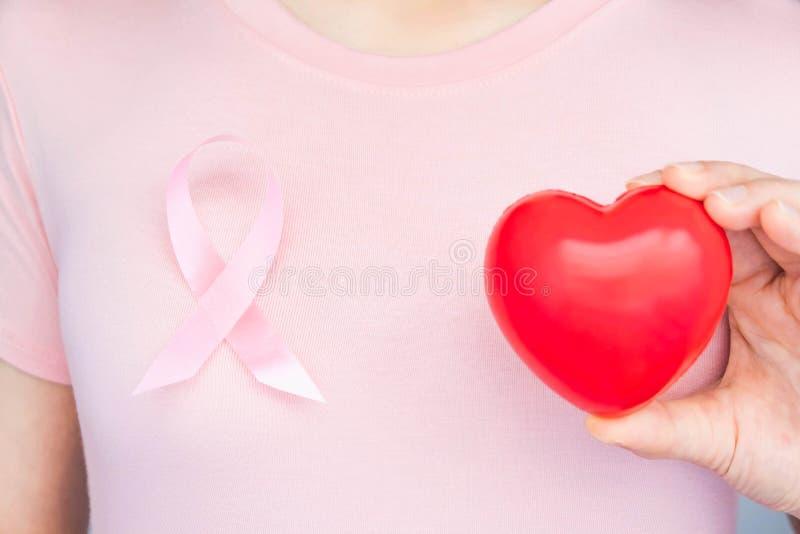 世界乳腺癌日概念、医疗保健 — 女性穿白色T恤、粉红丝带,以提高乳腺癌意识、象征性弓形 图库摄影