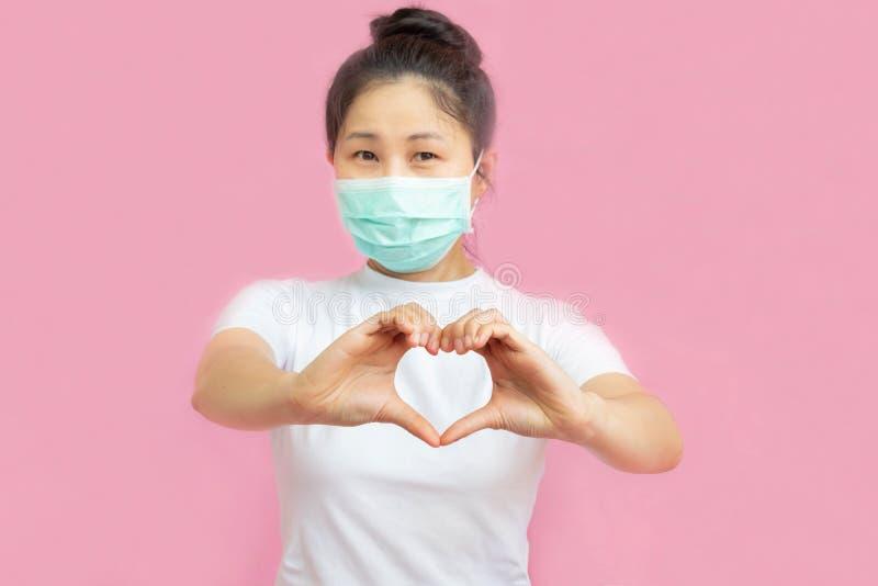 世界乳腺癌日概念,医疗保健 — 粉色带,听诊器,红心,用于乳腺癌的意识,象征性弓形 图库摄影