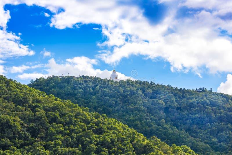世界和平从Phewa湖博克拉尼泊尔3的Stupa视图 免版税图库摄影