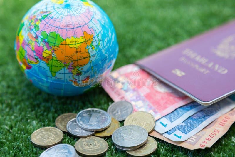 世界地图和护照和金钱 免版税图库摄影