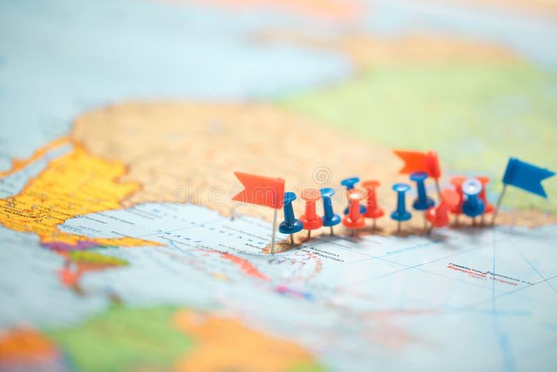 世界地图国旗指示了别针城市针尖 免版税库存图片
