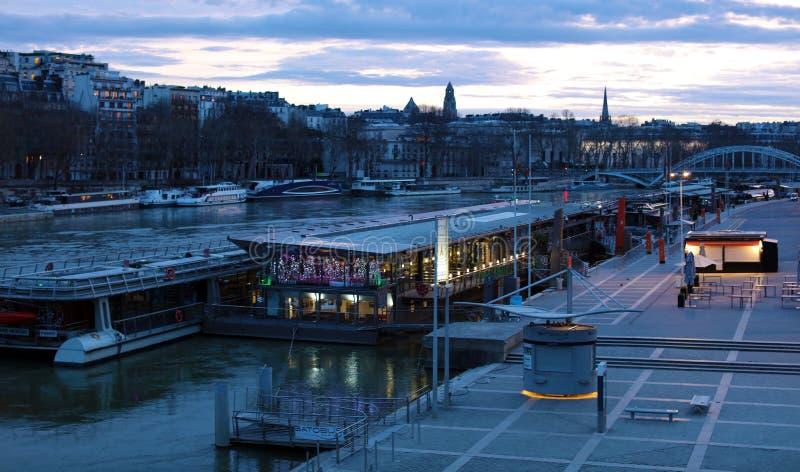 世界多数著名城市在日出期间的巴黎法国图片的没有人民 免版税图库摄影