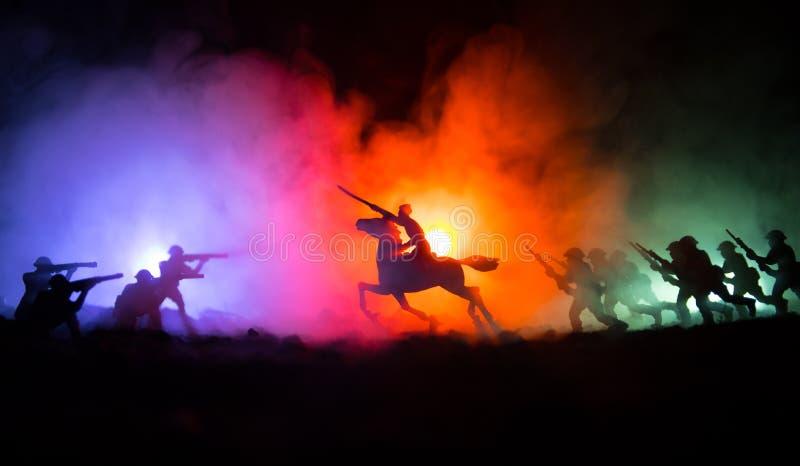 世界大战在马的官员(或战士)车手与准备好黑暗的有雾的被定调子的背景的剑战斗和战士 争斗sc 免版税库存照片