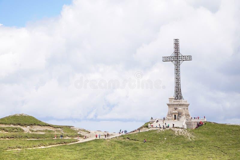 世界大战1英雄横渡纪念碑,在Caraiman峰顶顶部 库存照片