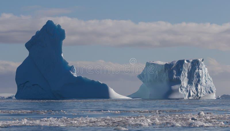 世界气候变化问题 r 南极洲美好的白色冻结的风景 浮动南极冰山 库存图片