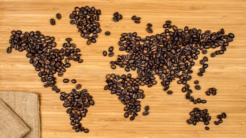 世界的地图由咖啡豆制成 免版税库存照片